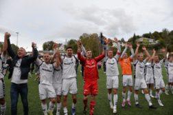 RYKKET OPP: I fjor høst var det uendelige gledesscener da Arendal Fotball sikret seg opprykk til førstedivisjon. Arkivfoto: Robin Johansson