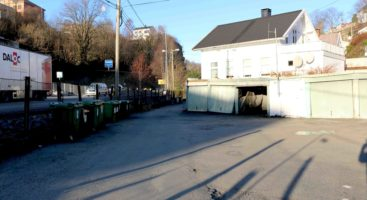FÅR LØSNING: Leietakerne i et kommunalt garasjeanlegg får sannsynligvis mulighet til å få privatplasser like i nærheten i nytt parkeringsområde bygges i Barbu. Garasjeanlegget på bildet skal jevnes med jorden. Arkivfoto