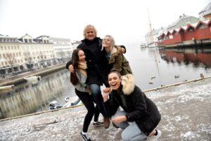 FESTIVALSJEF PÅ GULLSTOL: Celina, Miriam Og Pernille Mener Festivalsjef Mats Aronsen Fortjener Gullstol For årets Booking På Pollenkonserten. Foto: Linda Dyrholm