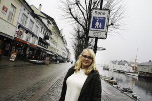 FORBANNA: Monica Rose Er Lei Av Biler Som Kjører Forbi I Det Hun Karakteriserer Som Kulefart. Foto: Grete Husebø