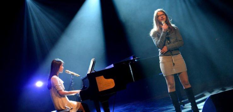 Maria på sang og Kelly på piano.