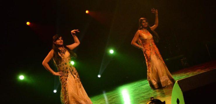 Indisk dans med Sangeetha og Sangeentha, gikk videre til fylkesmønstring.