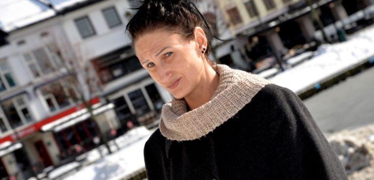 FORBANNA: Susanne Nylund forstår ikke hvordan hennes sønn kunne få anleding til å ta sitt eget liv i fengsel etter at hun gjentatte ganger hadde varslet i fra om at hun var bekymret. Foto: Linda Dyrholm