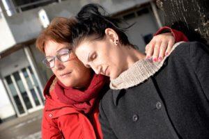 """TRØST: Susanne Nylund (t.h) Finner Mye Trøst I """"Besse"""", Som Har Fungert Som En Bestemor For Barna Hennes I Alle år. Foto: Linda Dyrholm"""
