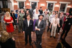 ENSEMBLE: Her er hele ensemblet samlet på en av de siste øvelsene før premiere. Foto: Jan Espen Thorvildsen