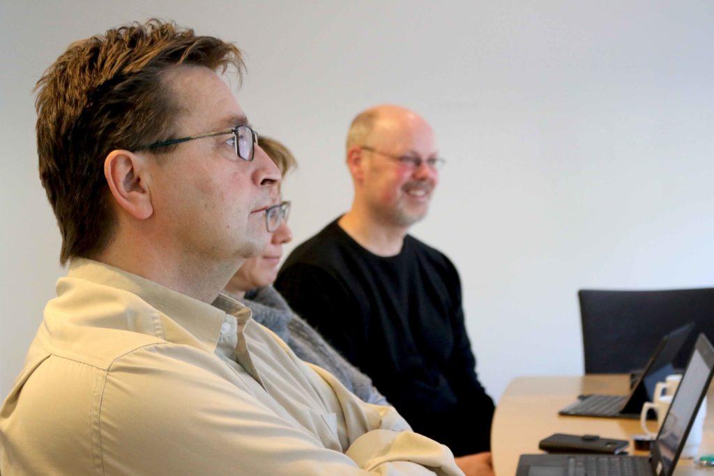 BILISTER: Verken Torbjørn Nilsen (fremst) fra Frp og Einar Krafft Myhren fra SV (bakerst) tror på et helt bilfritt sentrum i Arendal. Foto: Esben Holm Eskelund