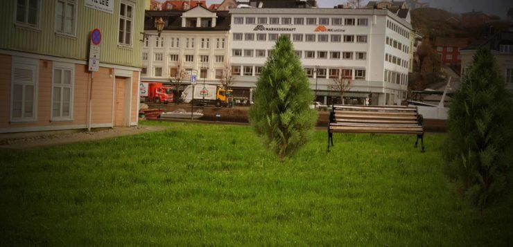 BILFRI BRYGGE: Jaktakaia på Tyholmen blir mest sannsynlig det første skrittet på veien mot en mer bilfri by. Helt bilfri blir Arendal mest sannsynlig ikke. Foto/Montasje: Esben Holm Eskelund / Maria Åsheim