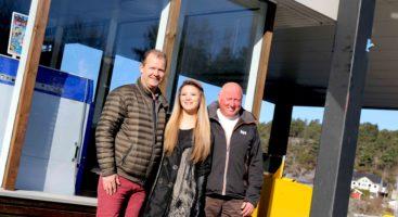 ÅPNER SNART: Sju måneder etter Esso på Eydehavn solgte sine siste fossile dråper, åpner Charles Gjerland og kona Mimi McMillan YX-stasjon med bensinstasjonveteranen Vidar Sonesen som daglig leder. Foto: Esben Holm Eskelund