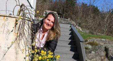 FIKSER DET MESTE: Arendalskvinnen Hennie Nilsen har startet sitt eget firma der hun tilbyr alt fra å gjøre blomsterbedet klart til å ta med gamle damer på tur. Foto: Esben Holm Eskelund