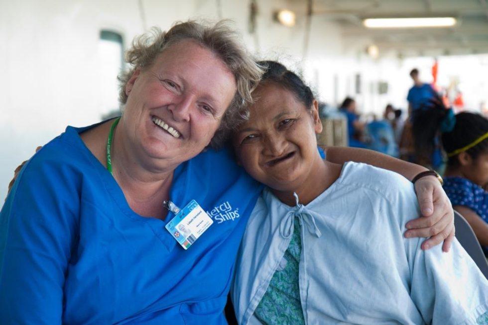 GODE VENNER: Her Er Lisbeth Avbildet Med Pasienten Sahondra På Madagaskar.  Madagaskar. Foto: Mercy Ships/Deb Louden
