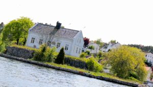 RIVES: O.G. Ottersland Eiendom Eier Jomfruholmen I Galtesund. Nå Har Flertallet Av Politikerne Bestemt At Huset Kan Rives.  Arkivfoto
