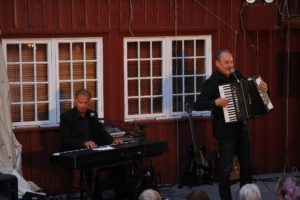 DUO: Tor Welo På Piano Og Eldar Vågan I Bakgården Onsdag Kveld. Foto: Grete Helgebø