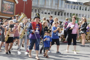 GJENNOM BYEN: Barneparaden Startet På Kanalplasse Og Gikk Gjennom Både Havnegaten Og Gågaten. Foto: Grete Helgebø