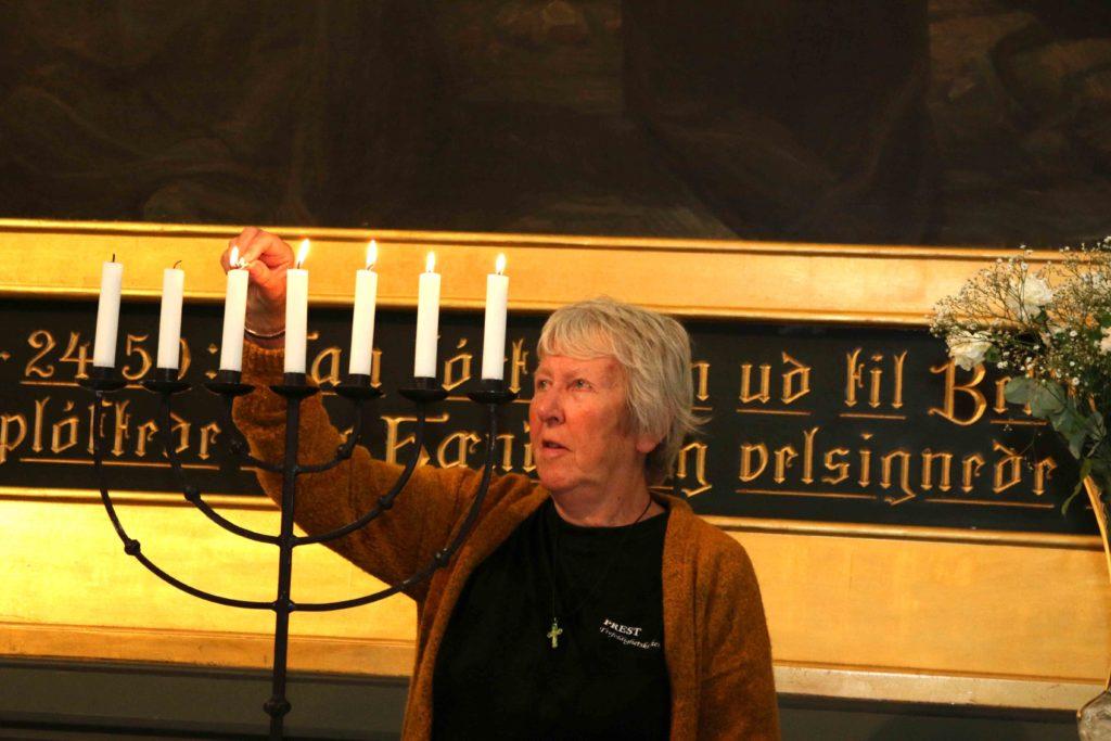 LYS I KIRKEN: Åsta er glad i å tenne lysene i kirkerommet. Foto: Esben Holm Eskelund