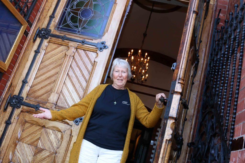 ÅPEN FOR ALLE: Sogneprest Åsta Ledaal i Trefoldighet menighet er opptatt av at kirken skal være åpen for alle, noe hun håper å ha bidratt til gjennom elleve år. Foto: Esben Holm Eskelund