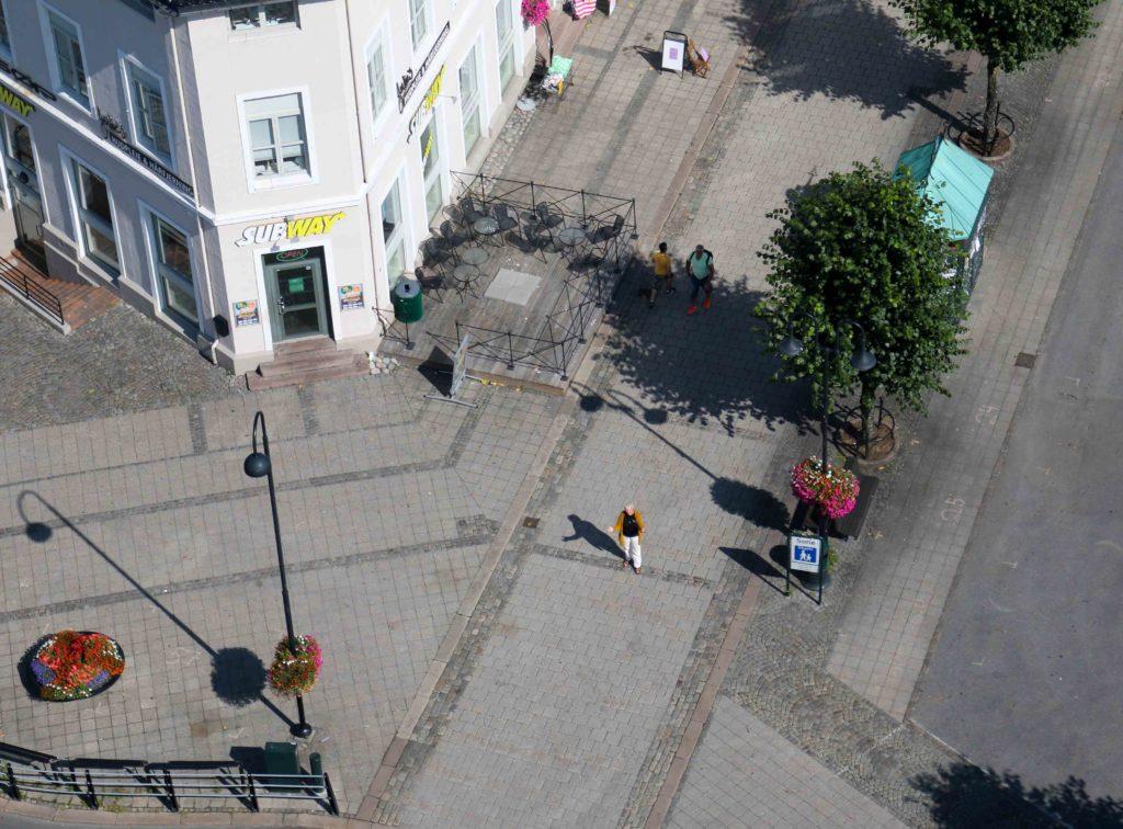 GATEPRESTEN: Sogneprest Åsta Ledaal har alltid ønsket å være ute der folk er. Her er hun ganske alene på gata i Arendal etter en travel Arendalsuke. Foto: Esben Holm Eskelund
