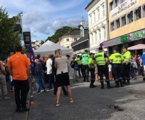 SLÅSSKAMP: Politiet Holdt Vakt Rundt Standen Etter Slåsskampen. Foto: Nina Dorthea Terjesen