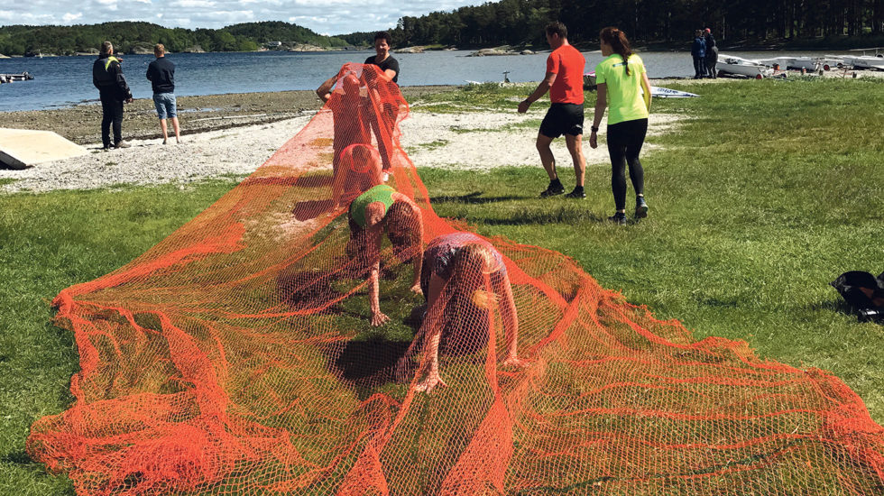 UNDER NETT: Treningsgjengen «Fit For Summer» Trener På å Krabbe Under Nett. Foto: Privat.