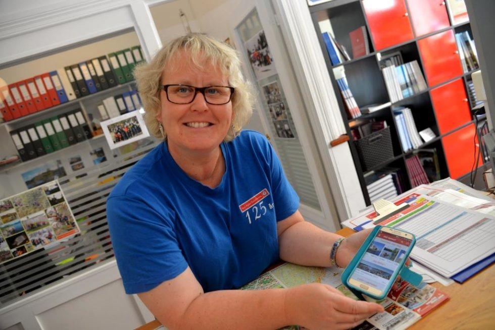 FORNØYD: Wenche Jacobsen Fra Aust-Agder Turistforening Er Fornøyd Med Den Nye Appen. Foto: Linda Dyrholm