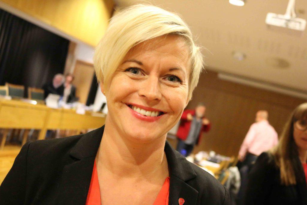 BEKYMRET: Hun smiler godt, Anniken Solfjeld Pedersen (Ap), men er bekymret for kulturtilbudet i distriktene etter at kulturskolen blir samlet i sentrum. Foto: Esben Holm Eskelund
