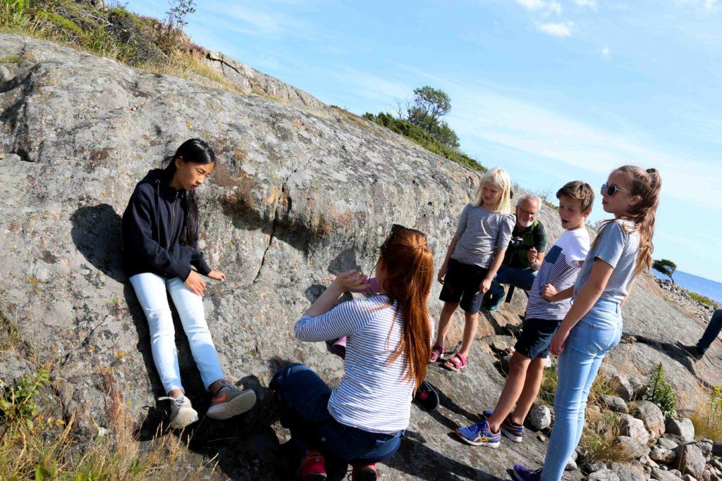 SPOR I FJELL: Her har innestengt vann og grus sørget for å grave ganger i fjellet den gang isen lå i kilometertykke lag over Merdø, forklarer geologen. Foto: Esben Holm Eskelund