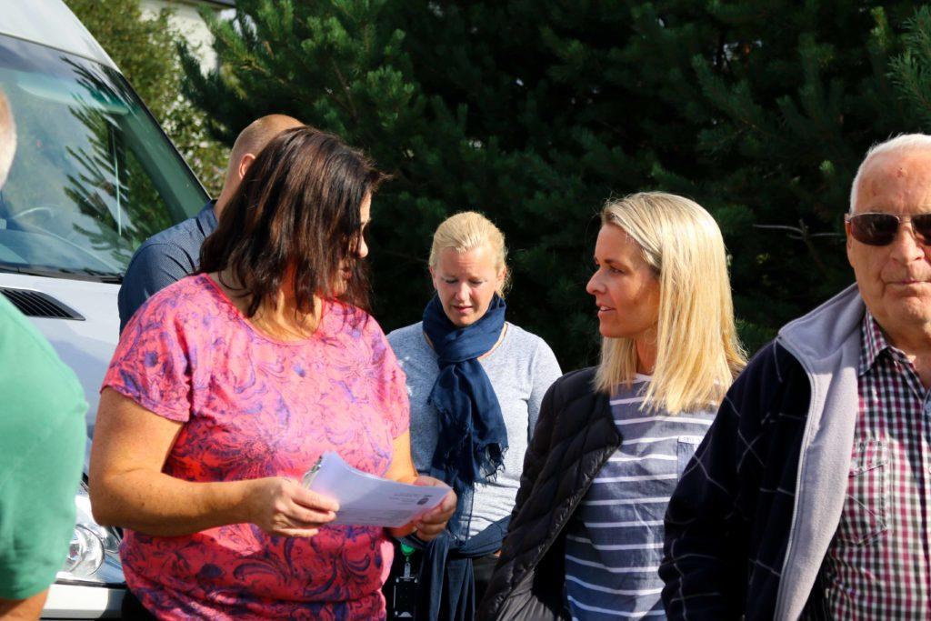 GANGBRO: Lena Almenning (t.h.) tok tak i Slettheia-beboer Nina Jentoft, kommunplanutvalgsleder for Arbeiderpartiet, og sa tydelig ifra at det må gjøres noe med trafikksikkerheten på Kystveien ved avkjøringen til boligområdet. Foto: Esben Holm Eskelund