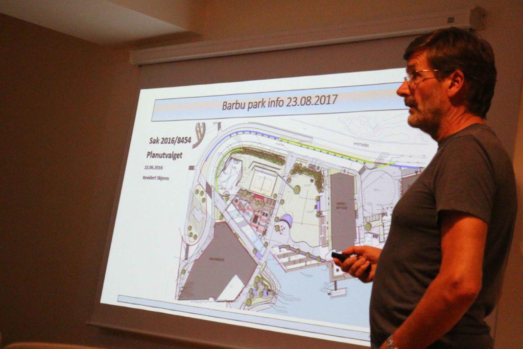 KORTERE STØYSKJERM: Overingeniør Magne Jessen i Arendal kommune forklarer at støyskjermingen rundt Barbu Park kunne ha blitt enda mer omfattende enn det som er realiteten. Foto: Esben Holm Eskelund