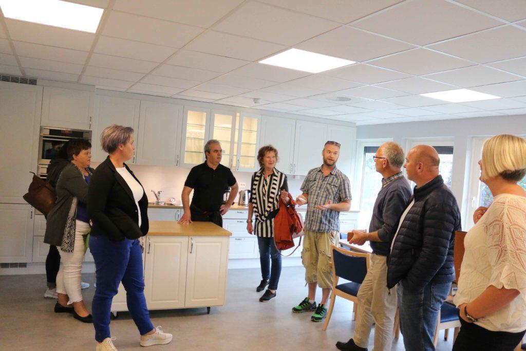 NYTT FELLESOMRÅDE: Avdelingsleder Ken Inge Fjellstad viste frem kjøkkenfasiliteter i sjuende etasje på Solhaug bo- og omsorgssenter til politikerne i helse- og omsorgskomiteen i Arendal. Foto: Esben Holm Eskelund