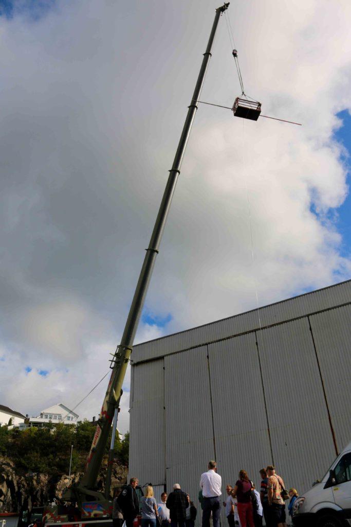 HØYDER: Som i så mange andre byggesaker i Arendal handler det om hvor høye husene skal være. Planken som ligger over kurva i krana på bildet viser hvor høye enkelte topper på bygningene på Vindholmen kan bli. Foto: Esben Holm Eskelund