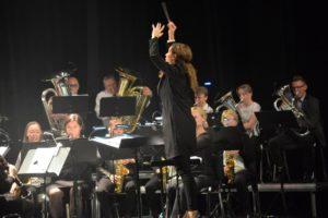 ENGASJEMENT: Dirigent Britt Hilde Våge Ledet Orkesteret Med Fast Hånd Og Stort Engasjement.