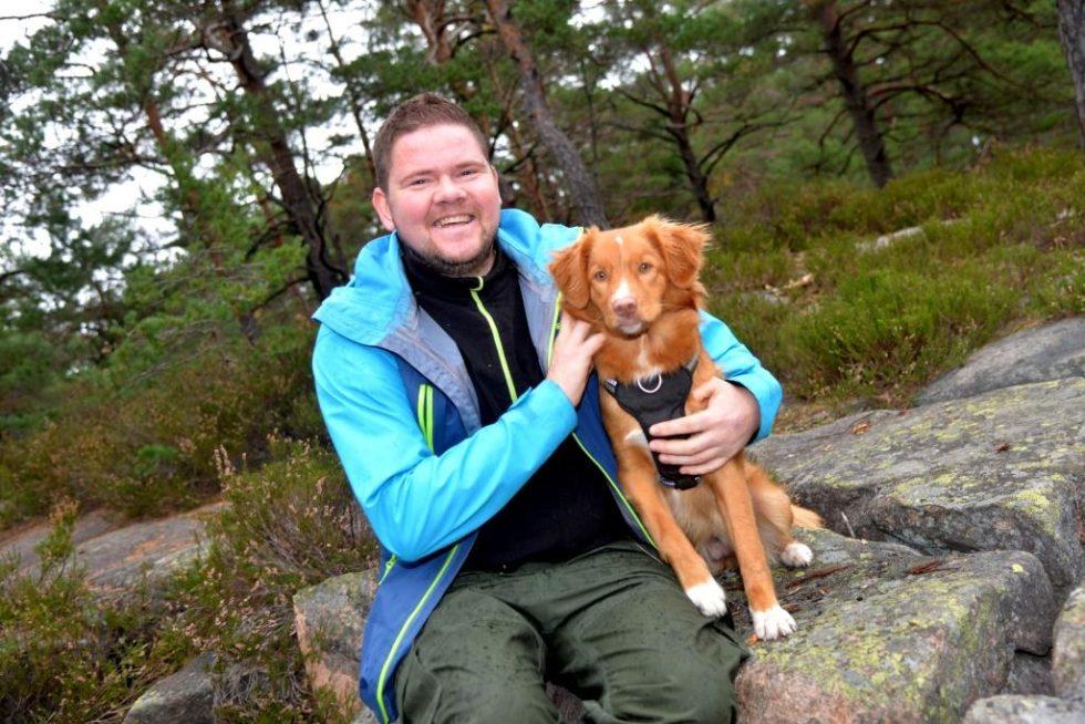 TERAPI: Knut Og Hunden Ronja Koser Seg I Skogen. Her Kan Han Tømme Hodet Og Samle Ny Energi. Foto: Linda Dyrholm
