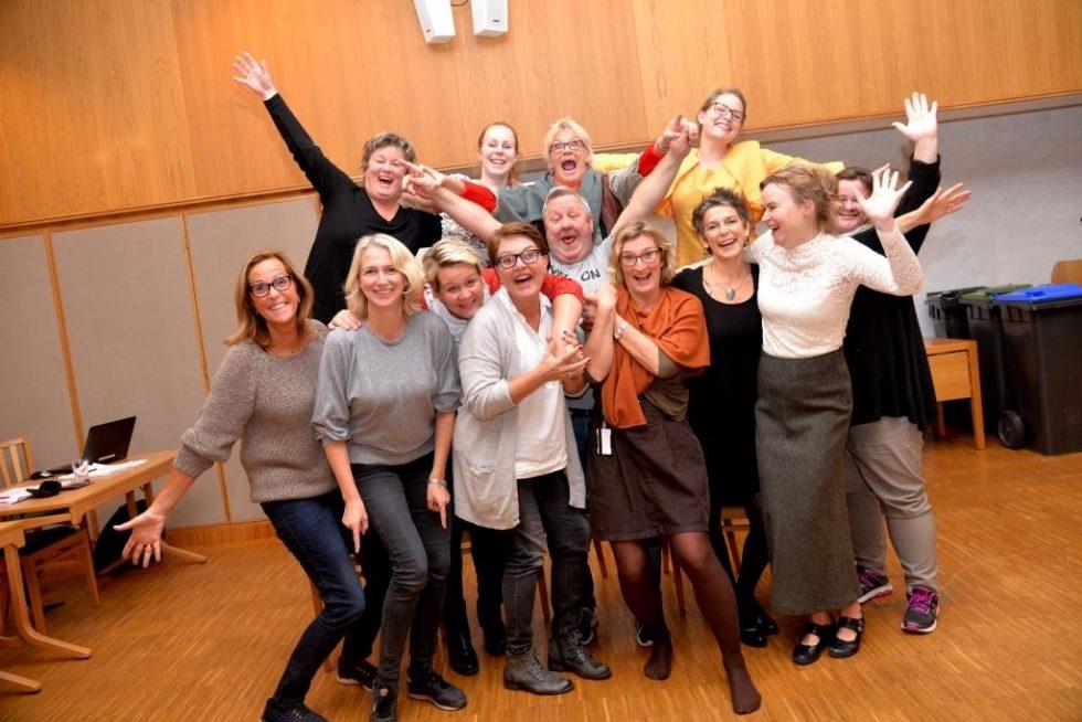 REVYGJENG: En Bukett Glade Glade Revyskuespillere. Foran F.v: Wenche J. Liberg, Tone M. Winther, Karin Bjønnum (ny), Elin Christin Riebe, Trond Knutsen, Kristin J. Fløystad, Kristin L. Eines, Nina Blomberg-Carlsen (ny)  Og Anne Marie Soot (ny). Fra Venstre Bak: Lisbeth Larsen (comeback), Anja Haslemo (ny), Anita Pettersen Og Maria Moksness.