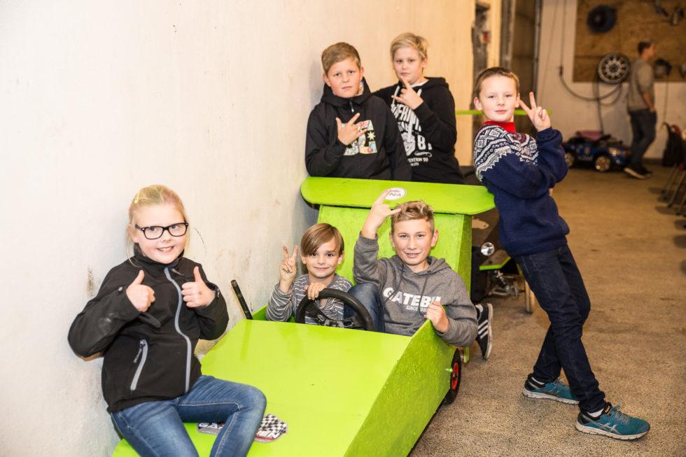 OLABIL: De Yngste Starter Med å Kjøre Olabil - Og Da Bygger De Den Gjerne Selv. Bak F.v: Georg (13), Remi (13) Og Jakob (11). F.v: Mattea (9), Sander (8) Og Stian (13). Foto: Mona Hauglid