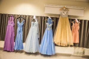 PÅ REKKE OG RAD: Kjoler For Enhver Smak Var Til Salgs På Asdal Skoles Kjolesalg. Foto: Mona Hauglid