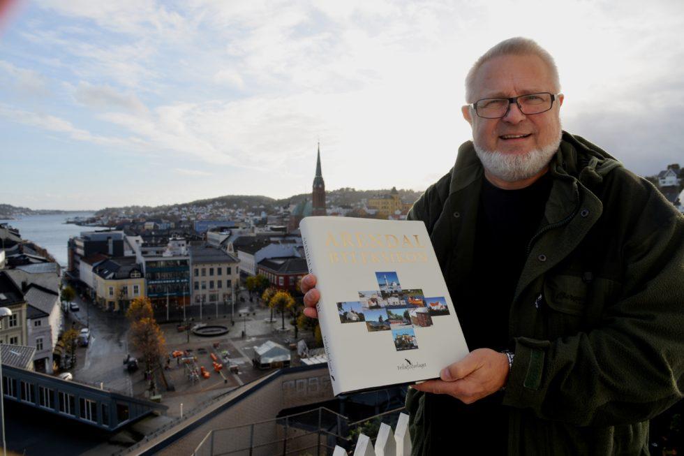 BYLEKSIKON: Johan Christian Frøstrup Viser Stolt Fram Arendals Nye Byleksikon. Foto: Linda Dyrholm