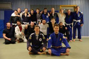 FELLESSKAP: Gjengen I Gruppa Brasiliansk Jiu-jitsu På Trening. I Front Tina Bjerkeng Og Vetle Leinonen-Roeim.
