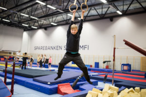 HØYT HENGER HAN: Og Blid Er Han! Aksel Stortrives På Treningen Sammen Med Vennene Sine. Foto: Mona Hauglid