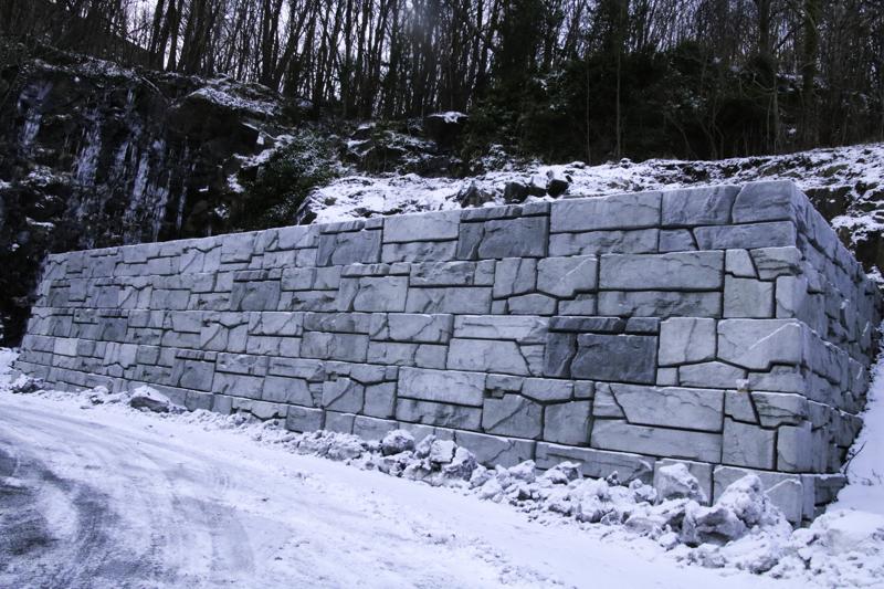 Hvorfor Er Det Satt Opp En Liten Mur På Jernbanetomta?