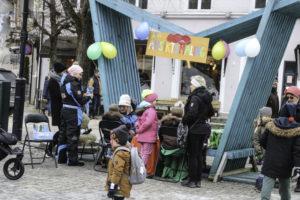 ANSIKTSMALING: På Torvet Får Barn Ansiktsmaling. Arkivfoto