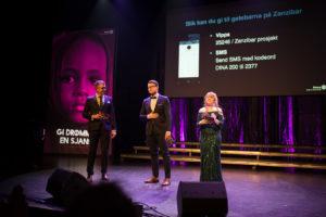 TREKLØVER: Primus Motor Thor-Egil Eik Sammen Med Konferansierene Isak Eik Og Nora Nyhagen Opsahl. Foto: Mona Hauglid