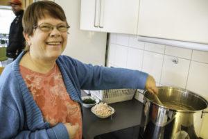 SUPPE: Mette Lise Bød På Fiskesuppe Som Hun Selv Garanterte For At Var Kjempegod. Foto: Grete Helgebø