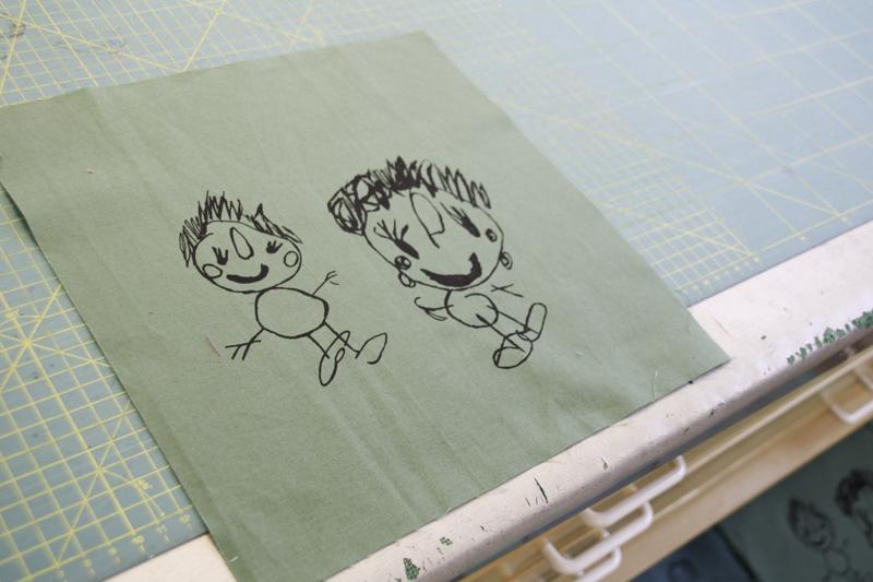 KUNST: Egne tegninger trykkes på stoff ved hjelp av silketrykk. Foto: Grete Helgebø