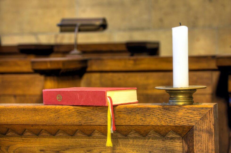 SALMEKVELD: Søndag Kveld Synges Det Nye Og Gamle Salmer I Barbu Kirke. Illustrasjonsfoto: Colourbox