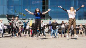 FLASHMOB: Det Ble Liv På Sam Eydes Plass Da Deltakerne Plutselig Fylte Hele Plassen Med Dans. Foto: Magne Skagen