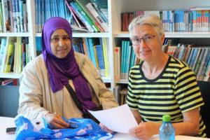 BURSDAGSBARN: Inger Sofie Hagen Hjelper Fatma Ahmad Alwan Med Papirarbeid. Fatma Kom Til Norge 17. Mai 2008, Og Har Bursdag Denne Dagen.