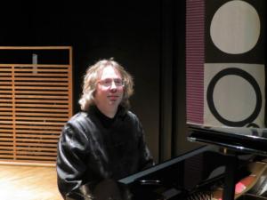 LOKAL KOMPONIST: Pianist Vidar Kristensen Har Komponert En Rekke Musikkstykker. Lørdag Blir De Urfremføring Av Nytt Stykke Fra Den Lokale Komponisten.