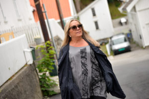HJEMME I GATA: Inger Marie Bor Mellom Hvitmalte Hus I Sørlandske Omgivelser, Kun Et Steinkast Fra Sentrum.