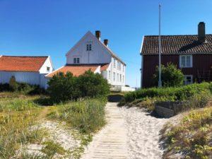 STI: For Oss Uten Sandaler Var Det Praktisk Med Trelagte Stier. Foto: Aina Ludvigsen