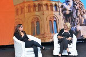 SAMTALE: Journalist Og Programleder, Anne Grosvold, I Samtale Med Nancy Hertz, Som Forteller Hvordan Det Var å Vokse Opp Med To Forskjellige Kulturer.