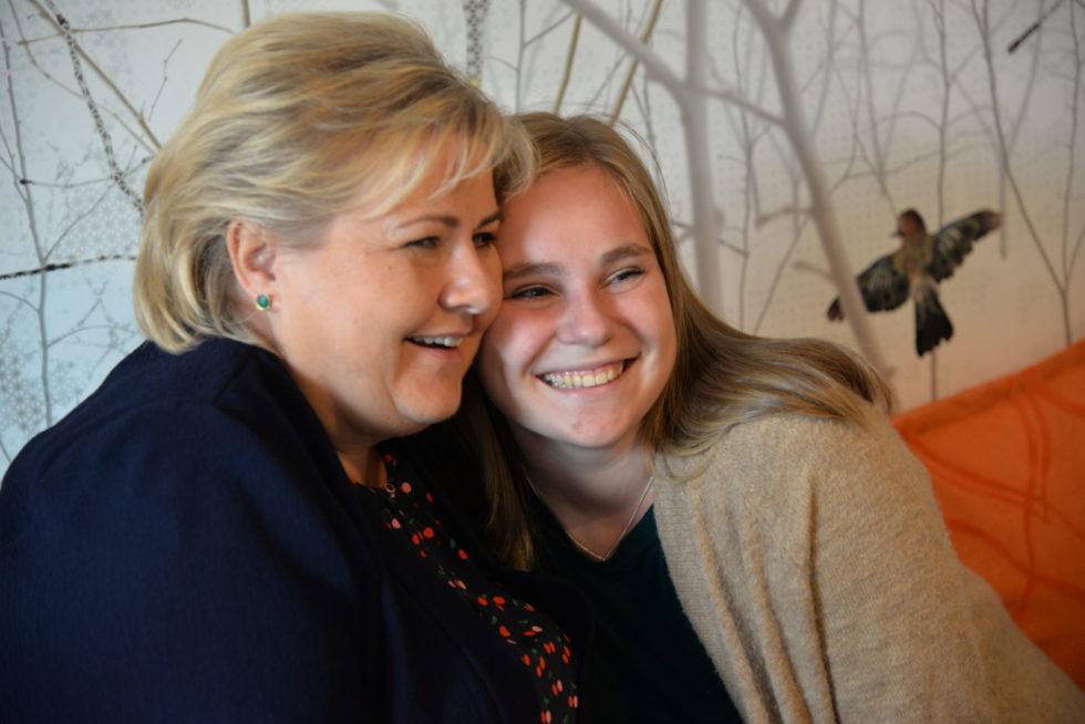 Statsministerbesøk I Ungdomskafé:  – Kan Jeg Få En Klem, Erna?